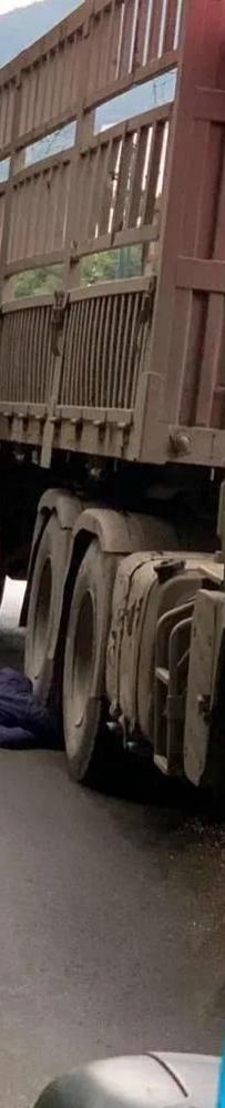 突发!宜宾七星路一货车撞上摩托车!司机被碾压,动弹不得!